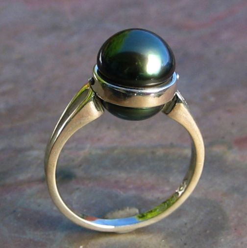Ring in 925 Ag Sterling Silver featuring Black Tahitian South Sea pearl set to touch the skin
