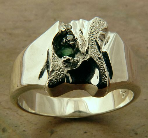 Ring wide deep carved sculptured 8g Sterling Silver featuring a natural Emerald and 3 Diamonds in Brilliant cut