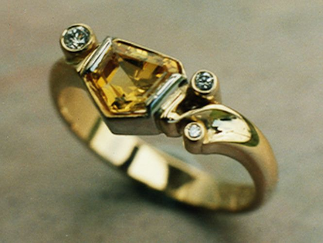 Ring in 18ct Yellow Gold and 950 Pd Palladium featuring fancy cut yellow Sapphire and Diamonds in Brilliant cut