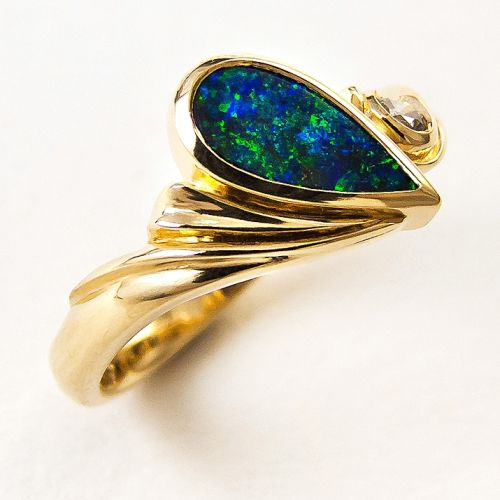 Ring 18ctYG fan carving solid pinfire opal droplet diagonally arranged Brill in metal swirl