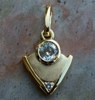 105pg2d_pendant_18ct_yellow_gold_2diamonds_triangle_design__2007octb_35_59687616