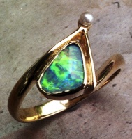 Ring zig zag in 18ct Yellow Gold bezel set Boulder Opal, natural Keshi Saltwater Pearl