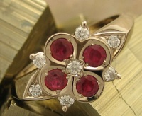 Ring in 18ct White Gold symetric clover shape 4 Rubies7 Brilliant cut diamonds