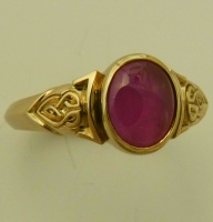 Ring in 18ct Yellow Gold Celtic Knot design oval Star Ruby cabouchon