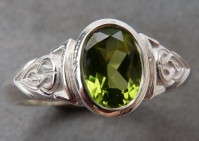 Ring in 925 Ag Sterling Silver Celtic Knot design oval faceted green Peridot