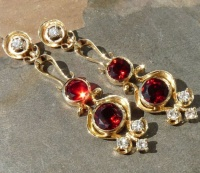 464 5EG Ear stud pair in 9ct Yellow Gold Garnets and Brilliants Baroque Style