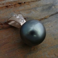 500P Pendant in 18ct White Gold featuring a Black Tahitian Pearl and 3 Diamonds in Brilliant cut bead set
