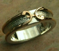 Ring in 18ct Rose Gold and Sterling Silver Pisces symbol hammered finish